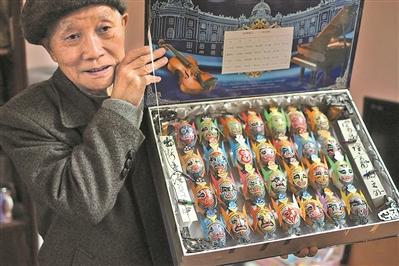 老人退休后自学蛋壳作画 画尽三千京剧脸谱